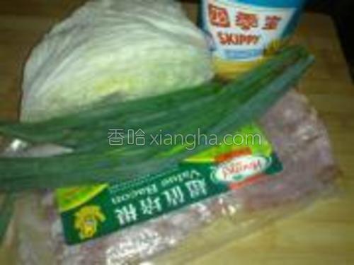 准备好原料,包菜水中泡2分钟。