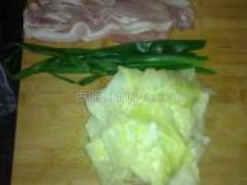包菜,葱放在加了盐的沸水中焯2分钟捞出。