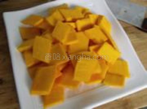 南瓜切片,咸鸭蛋黄切碎。