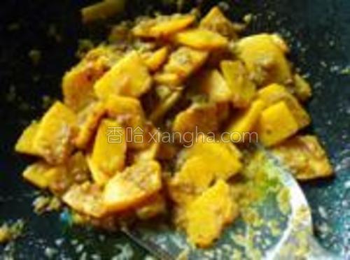 倒入南瓜,炒熟,即可,出锅放点鸡精,香油。