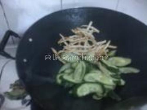 在把黄瓜放下快炒至皮转成翠绿色。