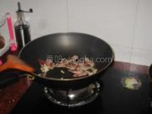 锅内放蒜米放腊肉炒香后盛出备用。