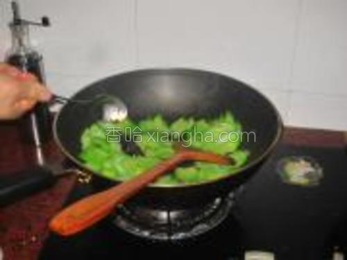 炒到苦瓜变软加入一勺豆豉酱。