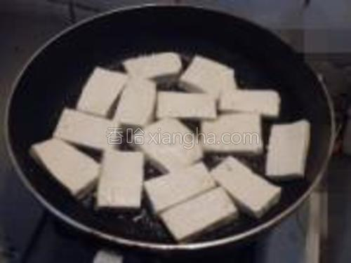 煎锅放油,涂满锅底即可,油热后放豆腐,煎至两面金黄盛出待用。