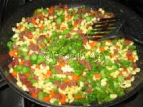 放盐,糖,鸡精和葱花炒匀即可。