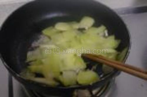把瓜皮倒进一起煸炒。