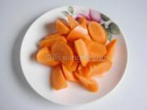 胡萝卜切成滚刀小块。