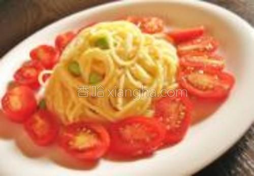 装盘。女儿爱吃西红柿,再装饰些西红柿就好了。