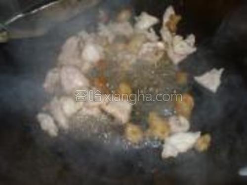 煎出足够的油后,加入猪肉大火翻炒。