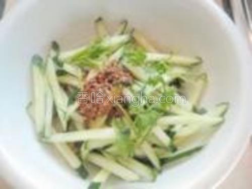 把搅拌好的调料倒入碗中,加入香菜,拌均匀。