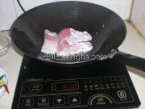 锅里放油,烧至七成热,下鱼片煎至两面金黄。