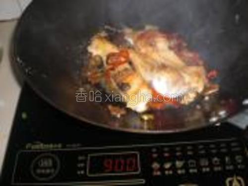 小火煮至鱼片入味。