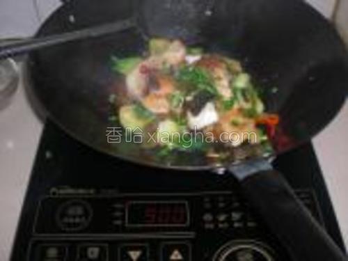 放入开水烫过的菜心,稍煮到菜心熟透。