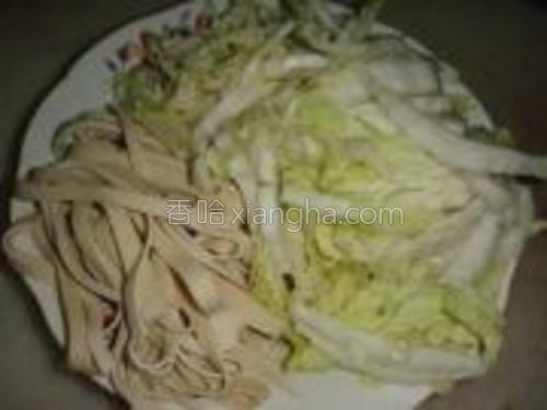 大白菜洗净切丝,千张冲洗净切丝备用。