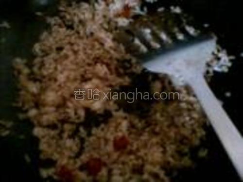 米饭倒入锅内炒散。