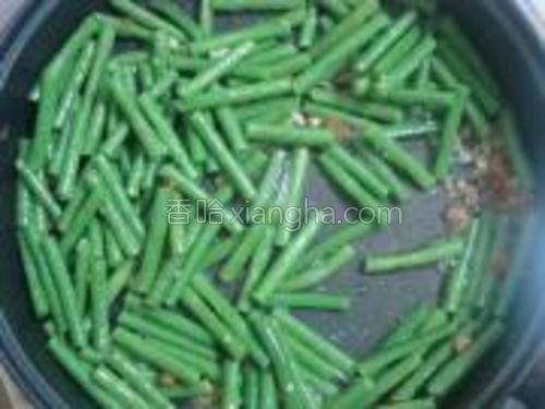 把豆角放入爆炒,如果豆角没熟可以加一点水,熟后加入盐和鸡精即可。