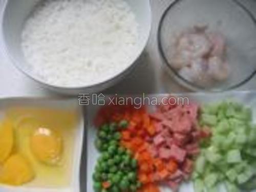 虾仁用盐、胡椒粉、淀粉拌匀腌制。胡萝卜去皮切丁。黄瓜去皮切丁。火腿肉切丁。鸡蛋磕入碗中。