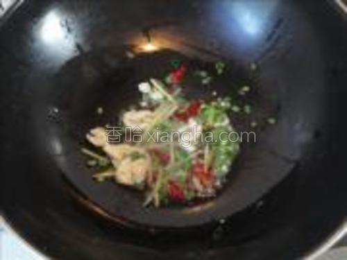 锅中入油烧热,加入葱、姜、蒜、辣椒爆香。