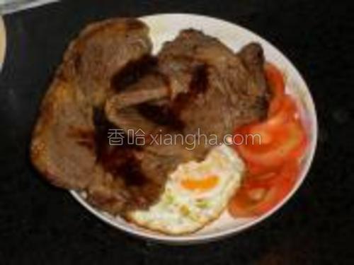 将煎好的牛排摆入盘中,撒上黑椒烧汁。