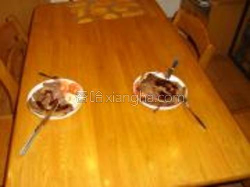 同样的方式,煎好第二块牛排,摆上餐桌,再摆上刀叉,就可以享受美味的牛排大餐了。