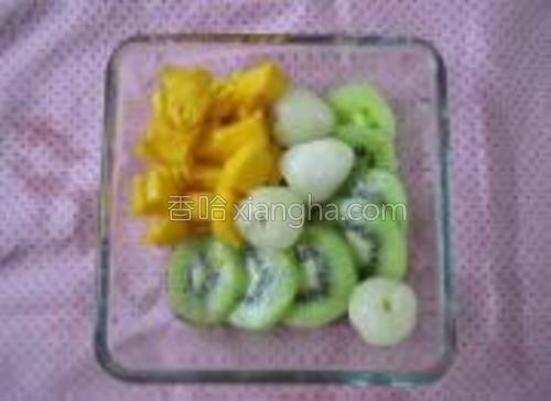 芒果,猕猴桃去皮,切成块,荔枝去壳。