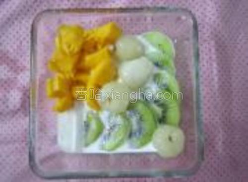 水果丁放入碗内,加入牛奶,和适量的糖(依个人品味)。
