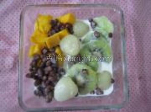 加入适量的熟红豆。放入冰箱内冷冻二十分钟即可。