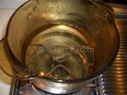 锅里烧水。