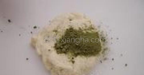 取一半发好的面团加入绿茶粉。