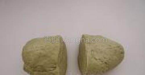 绿茶粉面团和白面团各分成两份。