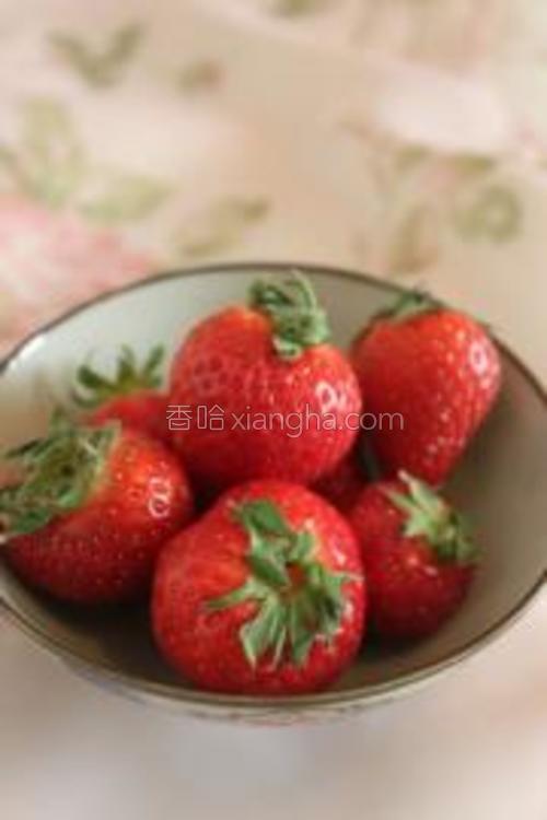 草莓洗净后备用。