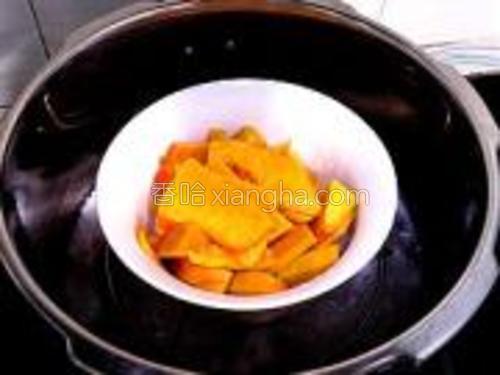南瓜去皮洗净切块,放锅里蒸熟。