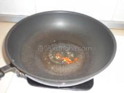 锅内倒油烧至七分热放入干辣子煸出味。