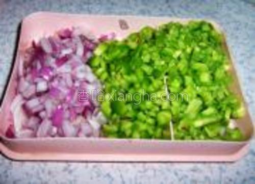 洋葱苦瓜尖椒洗净,分别切成小丁。