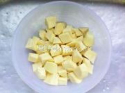 番薯洗净切小块。