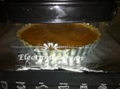 放入南瓜派,烤箱中下层200度烤10min后,换170度继续烤制25~30分钟即可