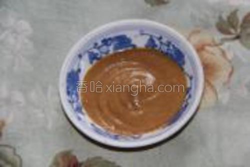 干麻酱、花椒粉和盐放入碟子中,加水调成麻酱。