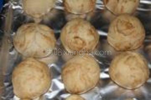 烤成的小包放置几分钟后,趁热食用。