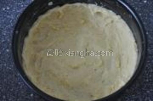 圆形模具底和四壁涂抹黄油一面蛋糕粘在模具上.。将面皮铺在底部,按着四壁捏出边缘。用叉子在底部叉些小孔,放入预热好的烤箱,180度,15分钟烤成型。