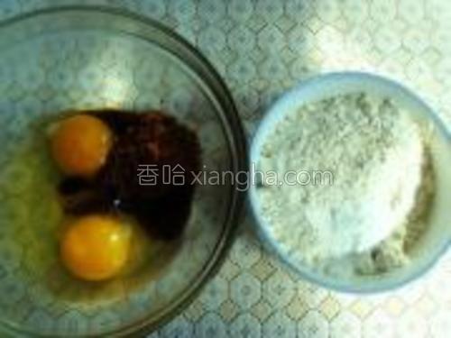 准备鸡蛋2个,低粉100克,红糖50克,玉米油28克,泡打粉1克备用。