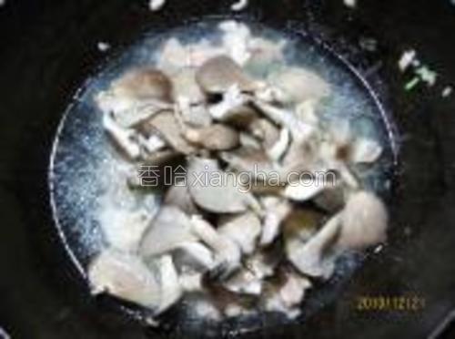 加入适量水,盐、高汤精、胡椒粉入平菇同炖。