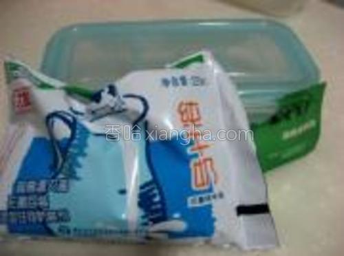 纯牛奶,酸奶发酵剂,乐扣乐扣密封盒。