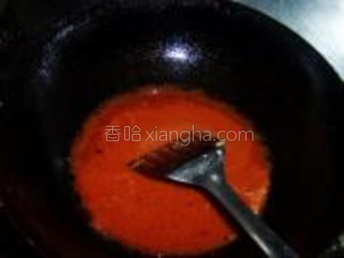 锅中留底油爆香葱姜后捞出,倒入碗汁。