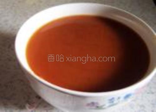 取一碗加入番茄酱,糖,盐,白醋,适量的清水,勾兑成碗汁备用。