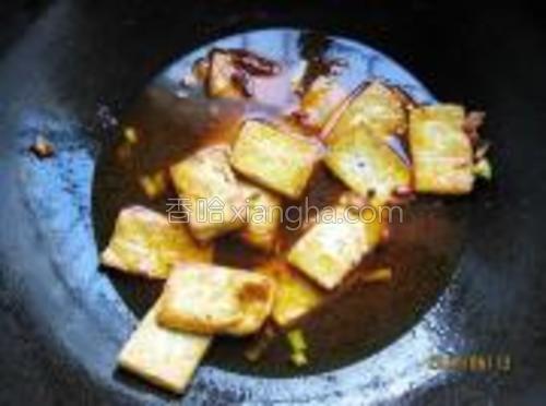 在锅中加入适量水,酱油、料酒、糖,煮开后,根据口味用盐调味收汁。
