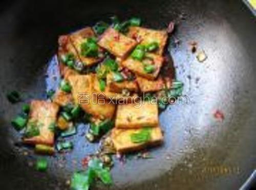 收汁后加葱花点缀出锅。