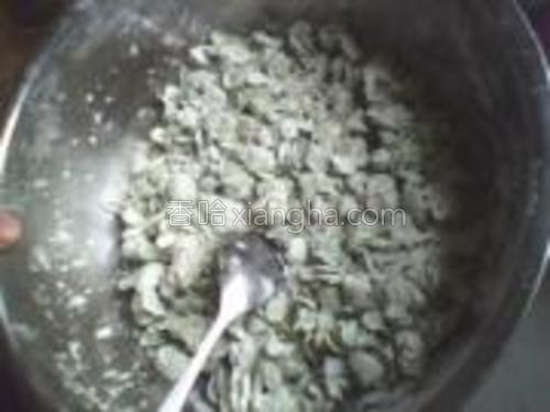 将面粉,榆钱,和调料搅拌均匀。