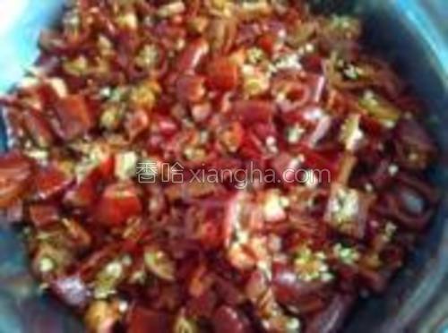 把红椒去蒂剁碎。