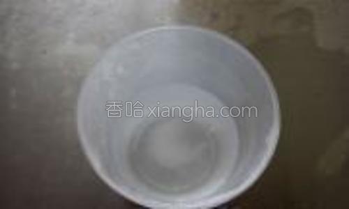 准备一杯水,在揉面过程中,会损失一部分水分,可以用手指沾水边揉边给面团补充水分(整个揉面过程约用了10克水);
