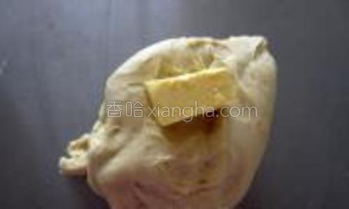 待面团能拉出锯齿状薄膜的时候,加入黄油;